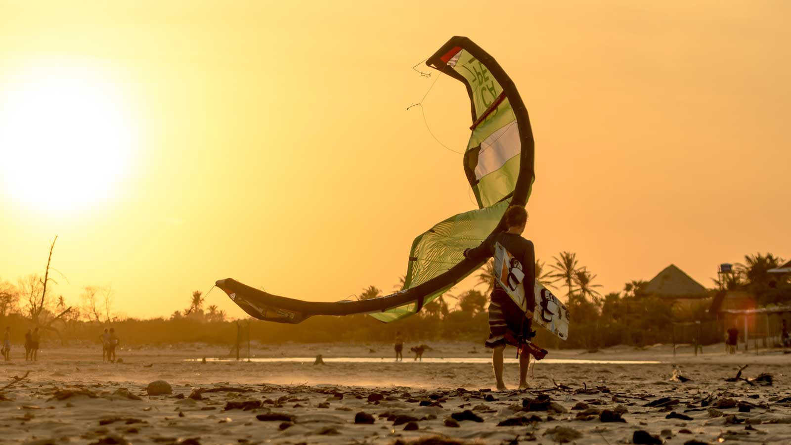 Woodboard Kitesurfing Niki avec la Trash sur la plage durant le coucher de soleil